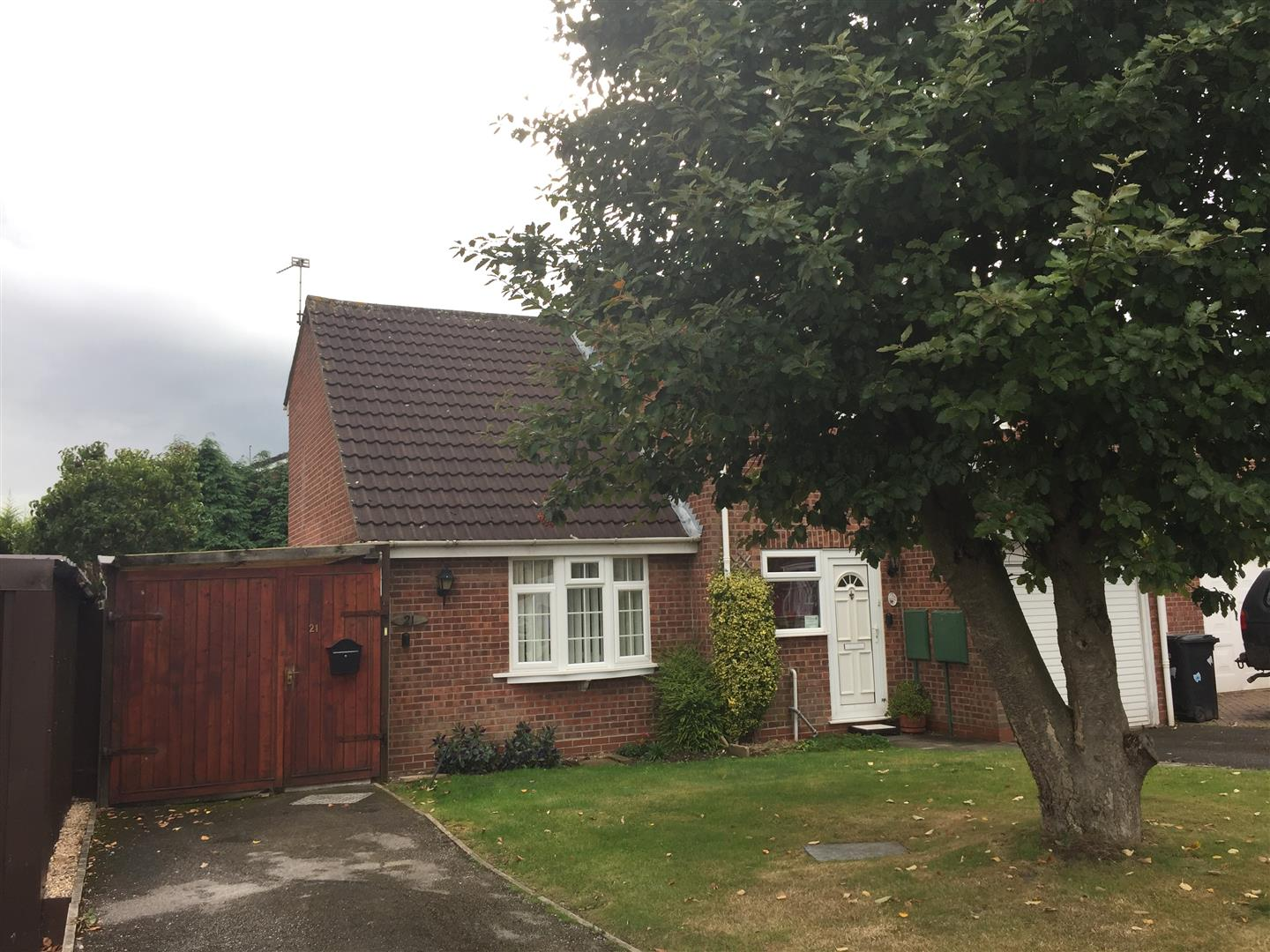 1 Bedroom Maisonette Flat for sale in Caernarvon Close, Stretton, Burton-On-Trent